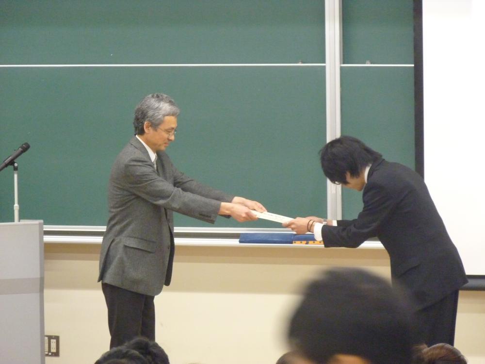 卒業証書を受け取る田端君